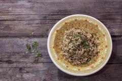 Répand le risotto brun de porcini du plat décoré images stock