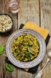 Répand le riz brun de safran des indes d'épinards photos stock