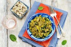 Répand le riz brun de safran des indes d'épinards photographie stock libre de droits