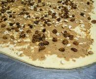 Répandez la pâte de pain avant de rouler le petit pain de cannelle Photos libres de droits