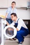 Réparant la machine à laver à la maison Image stock
