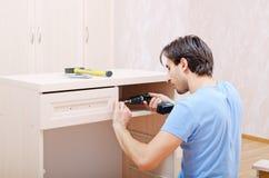 Réparateur dans l'assemblage des meubles Photos stock