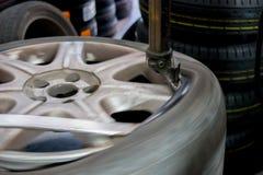 Réparateur de PNEU réparant un pneu Images libres de droits