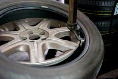 Réparateur de PNEU réparant un pneu Image stock