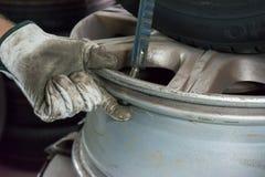 Réparateur de PNEU réparant un pneu Photo libre de droits