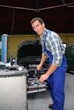 Réparateur de véhicule au travail Images libres de droits