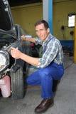 Réparateur de véhicule au travail Photo libre de droits