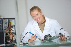 Réparateur féminin d'ordinateur de portrait Images stock