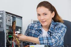 Réparateur féminin d'ordinateur de portrait Image libre de droits