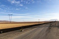 Réparation au paysage d'hiver d'Asphalt Road Running Through Dry image libre de droits