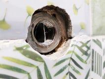 Réparation - bâtiment avec des outils découpant pour une grue dans le carreau de céramique images libres de droits