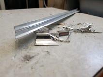 Réparation - bâtiment avec des outils et angle en aluminium avec des côtelettes sur l'étiquette photographie stock libre de droits