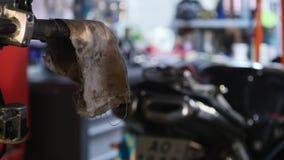 Réparation d'ATV dans le garage Réparation de vélo de quadruple Photo stock