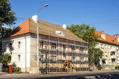 Réparation d'un bâtiment résidentiel dehors dans la ville Photo stock