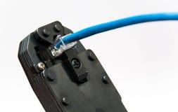Réparation d'un câble de réseau photo stock