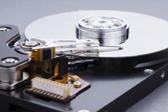 Réparation d'un composant d'ordinateur photos stock