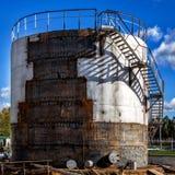 Réparation d'un grand vieux réservoir de carburant Images libres de droits