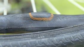 Réparation d'un pneu crevé d'un pneu de bicyclette Raccordée chambre à air image libre de droits