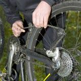 Réparation d'un réseau de vélo de montagne Photographie stock libre de droits