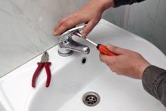Réparation d'un robinet d'eau image libre de droits
