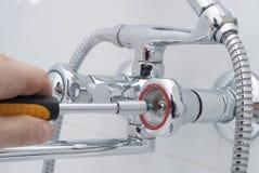 Réparation d'un robinet d'eau photos libres de droits
