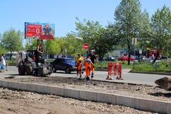 Réparation d'une bâche de route dans la rue Photos libres de droits