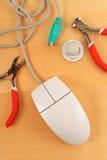 Réparation d'une souris d'ordinateur Photo libre de droits