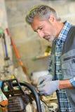 Réparation d'une tondeuse à gazon images stock