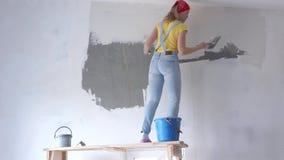 Réparation dans l'appartement - une jeune femme d'aspect européen fait le plan rapproché de réparations à la maison - timela banque de vidéos
