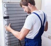 Réparation de bricoleur et de réfrigérateur Photos stock