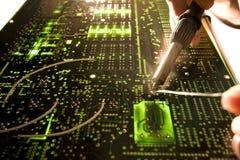 Réparation de carte à circuits Photos stock