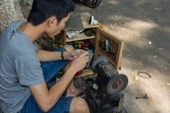 Réparation de chaussure de rue de Hanoï Photos stock