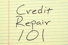 Réparation 101 de crédit sur un tampon jaune Photographie stock libre de droits