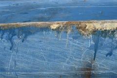 Réparation de fente de fibre de verre sur une coque bleue de bateau Photographie stock