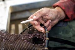 Réparation de filet de pêche Image libre de droits