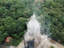 Réparation de grandes images de Bouddha dans les forêts profondes photos libres de droits