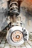 Réparation de l'amortisseur de la voiture, un liquide de amortissement coulé  photos libres de droits