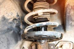 Réparation de l'amortisseur de la voiture, un liquide de amortissement coulé  photo libre de droits