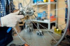 Réparation de la roue de bicyclette Photo libre de droits