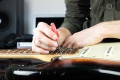 Réparation de la vieille guitare électrique Images stock