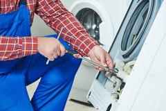 Réparation de machine à laver Photographie stock