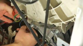 Réparation de machine à laver, vue arrière Contrôle de multimètre banque de vidéos