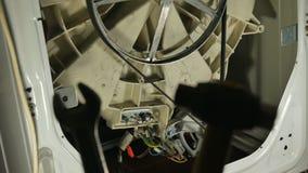 Réparation de machine à laver, vue arrière Contrôle de multimètre clips vidéos