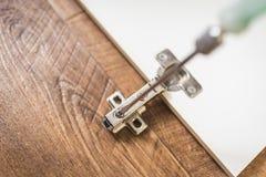 Réparation de meubles, charnières de porte de coffret images stock