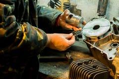 Réparation de moteur de moto dans le garage Photo libre de droits