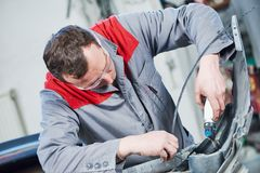 Réparation de pare-chocs endommagé de plastique d'automobile de voiture photographie stock libre de droits