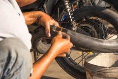 Réparation de pneu de moto Photographie stock libre de droits
