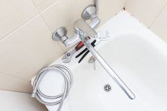 Réparation de robinet de robinet d'eau de douche, tuyau de douche calcifié avec le remplacement de limescale dans la salle de bai photo stock