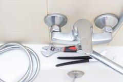 Réparation de robinet de robinet d'eau de douche, tuyau de douche calcifié avec le remplacement de limescale dans la salle de bai images stock