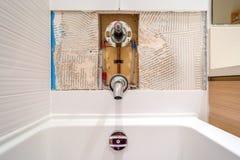 Réparation de robinet dans la salle de bains photos libres de droits